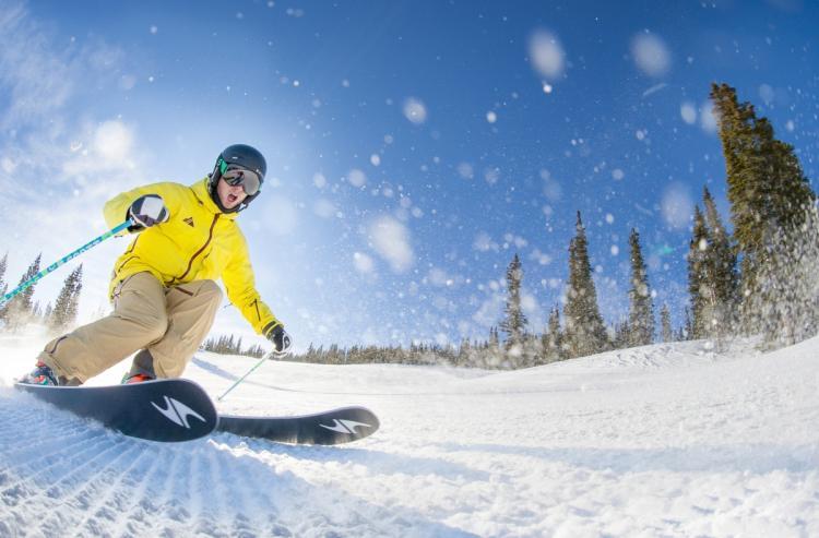 - La Estación de Aspen, que posee una cota máxima de 3417 m y un desnivel de 1300 m, ofrece a sus visitantes 336 pistas divididas en cuatro áreas: Aspen, Snowmass, HighLands y Buttermilk. ¡No dejes de deslizarte por Maroon Bells!