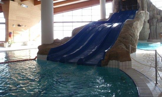 - 19h-Ya empieza a haber agujetas, el cuerpo pide piscina,¿no?. Para hacerlo mas divertido organizaremos una sana competición de descenso de toboganes.