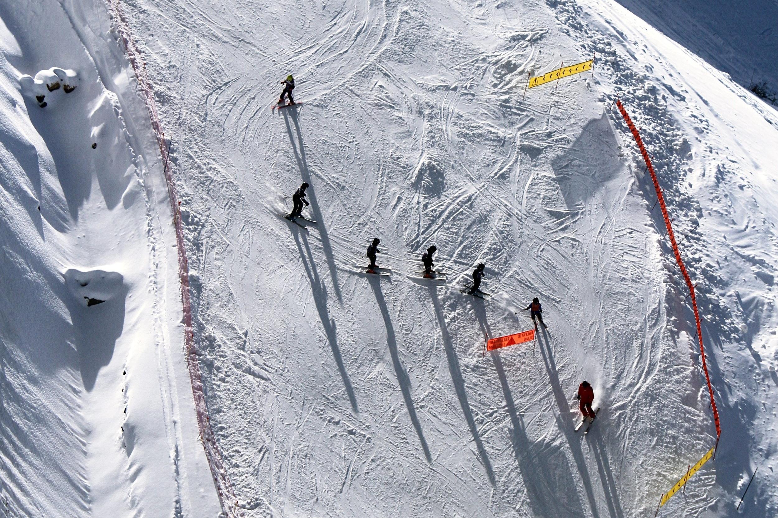 - 8:30h - Recogida del alquiler de material [opcional]9:30h - Primera bajada todos juntos.13:30h - Nos reunimos en el snow park, para probar cada uno a su nivel.17:00h - Aprés ski. Otra cos no, pero en el sur saben divertirse.22:00h - Fiesta. Nos reunimos todos en una disco para comentar la jugada y desconectar un poco.