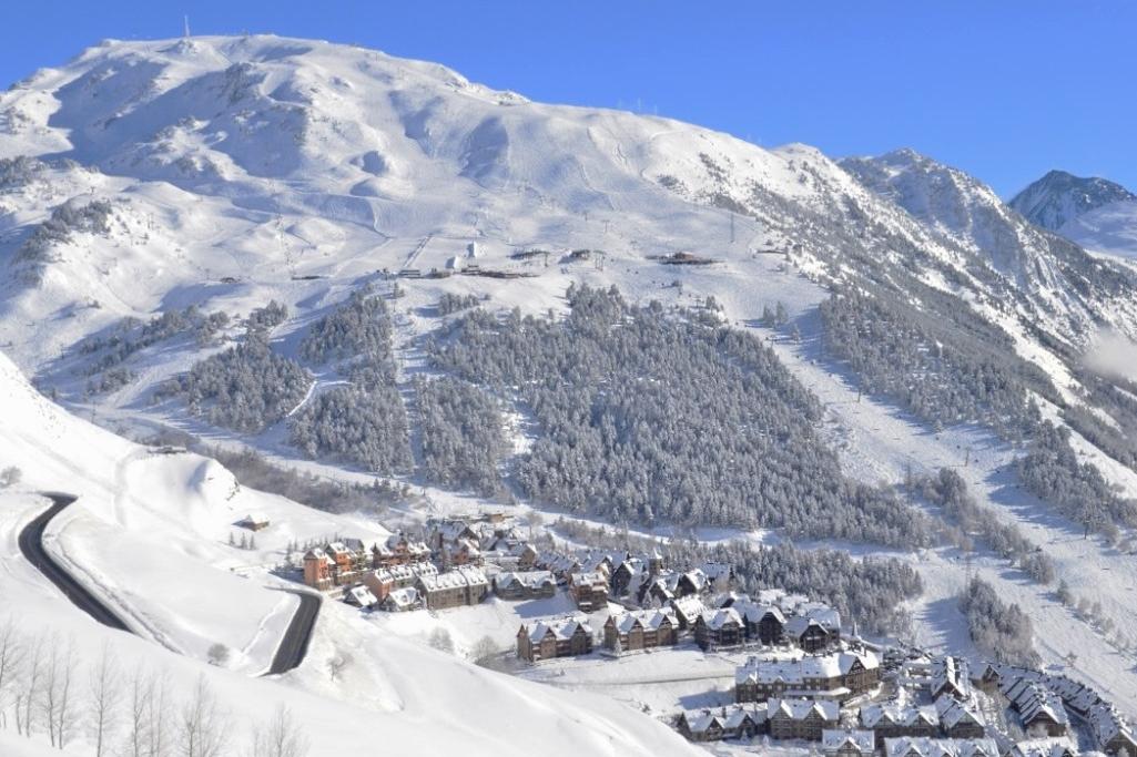 Destino - Baqueira es un referente nacional. La calidad de su nieve, sus lujosas instalaciones y sus más de 150 km esquiables la convierten en uno de los destinos mas apetecibles de España. Aprovecha esta oportunidad de disfrutar 4 días de Baqueira a pleno rendimiento y a precios económicos.