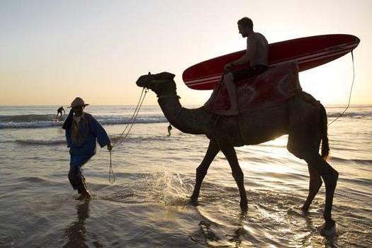Surf, relax y té - Este surf camp es diferente. Hay que vivir esa sensación de estar lejos de casa y a la vez sentirte tan cerca. Disfrutar de compartir, de relajarse, de intercambiar sonrisas que sobrepasan la barrera del idioma, de surcar olas perfectas y celebrarlo brindando con un té.