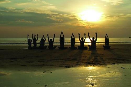 - 09:00: Desayuno [todo el mundo a la vez]10:00: Clases de surf.17:00: Free surfing, vóley playa, futbol playa… free time.20:00: Clase de yoga en la playa al atardecer.