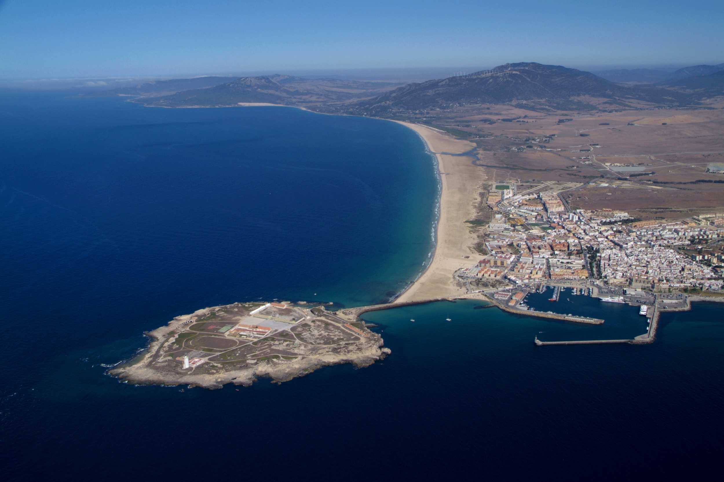 Destino - Tarifa es un lugar especial, mágico. Separa el mar mediterráneo del océano Atlántico, separa Europa de Africa. Pero lo mas característico es lo que crea. Crea olas increíbles, momentos inolvidables y amistades para siempre
