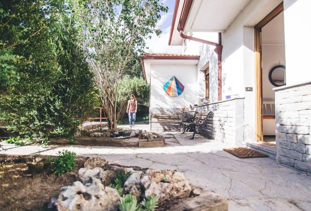 - Clase de Yoga.Desayuno.Charla Chakras con Meditación.Huerto, taller de cocina y comida.Descanso, danza y expresión corporal.Cena y charla.