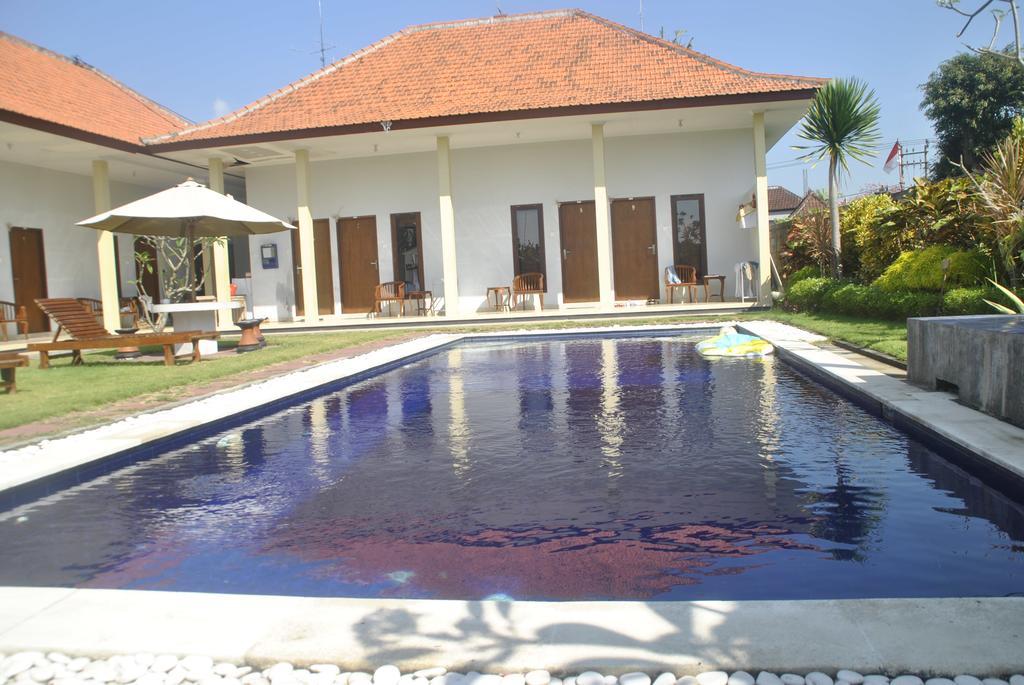 - Hemos escogido esta Villa por sus habitaciones, con baño privado,terraza y una luz increíble, su gran jardín, donde disfrutar de la calma, leer o hacer yoga, y su agradable piscina, además de por su ubicación a 9 minutos a pie de la playa.