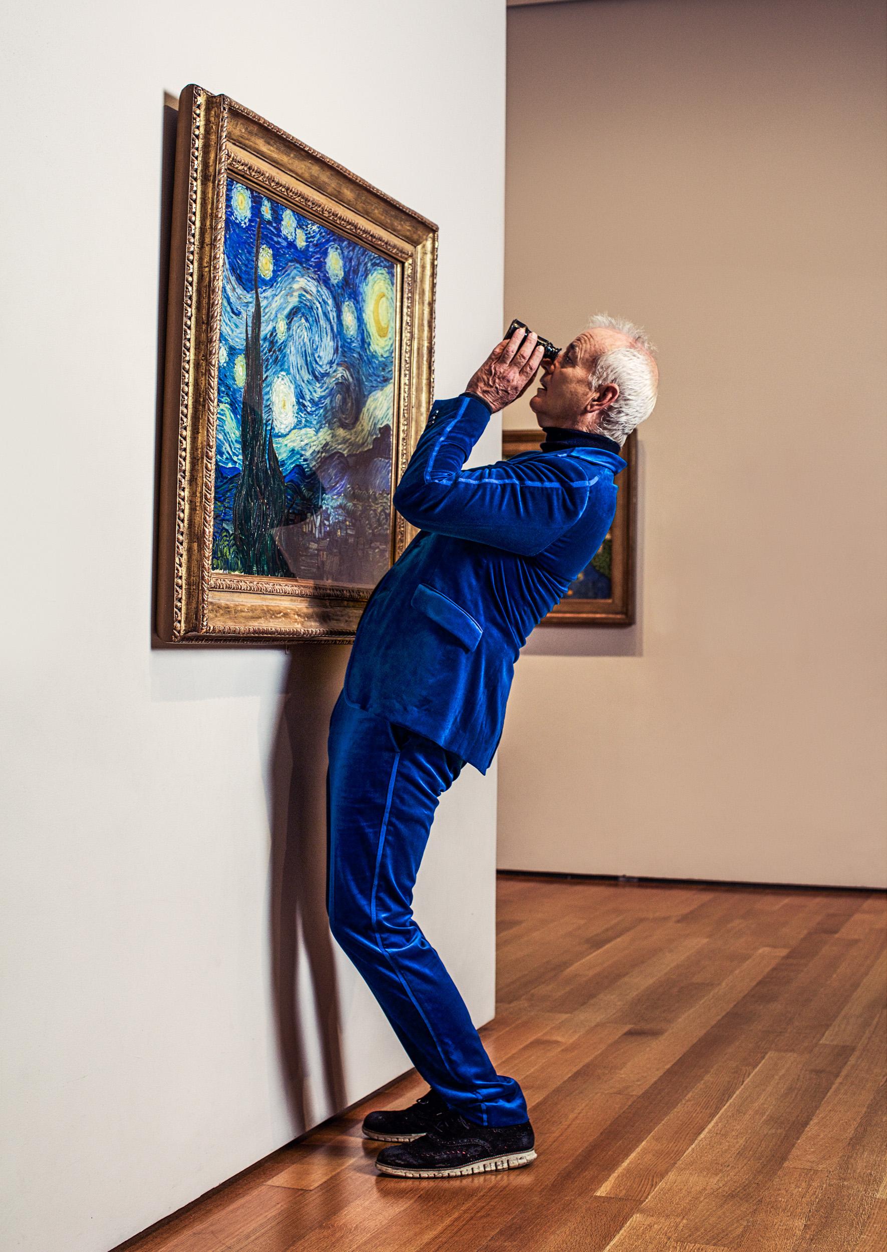 BILL MURRAY. Photographiert im Museum of Modern Art New York mit dem original des %22Nachthimmel%22 von Vincent van Gogh.jpg