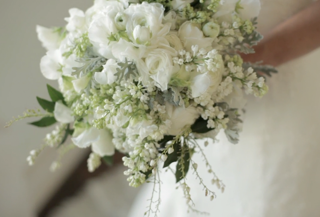 Houston rustic outdoor wedding pic 09 white bouquet