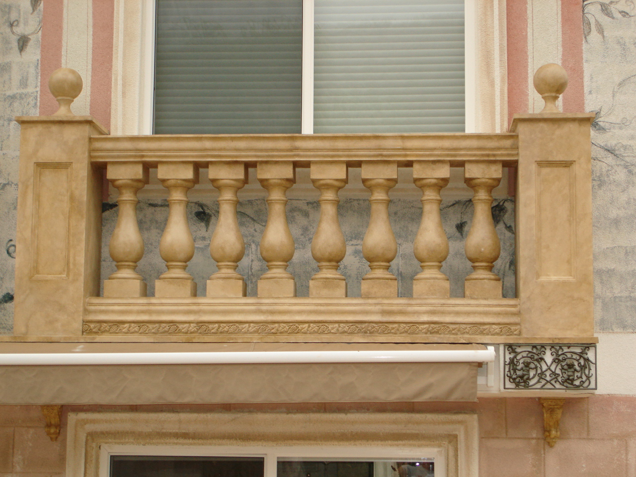 Antique_faux_stone_ballustrade.jpg