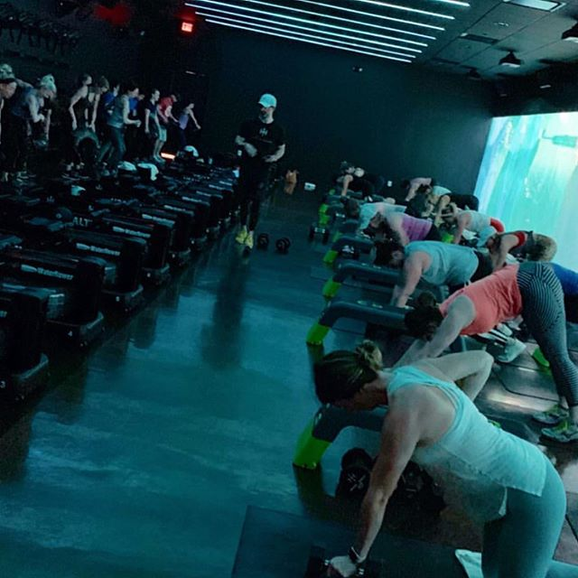 Weekends are for RIPPED. 💪 LED by @t_burdyburd 📷: @juliae.morgan #HHcrew #crushfitness #kc #kcfitness #healthhouse