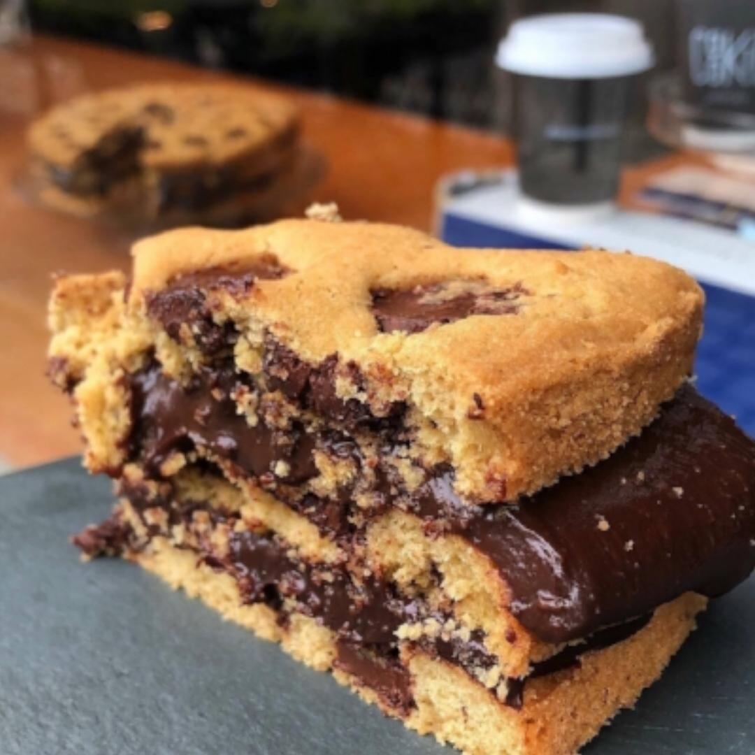Cookie Cake - Três camadas de cookie de baunilha com pedaços de chocolate e recheio de brigadeiro.