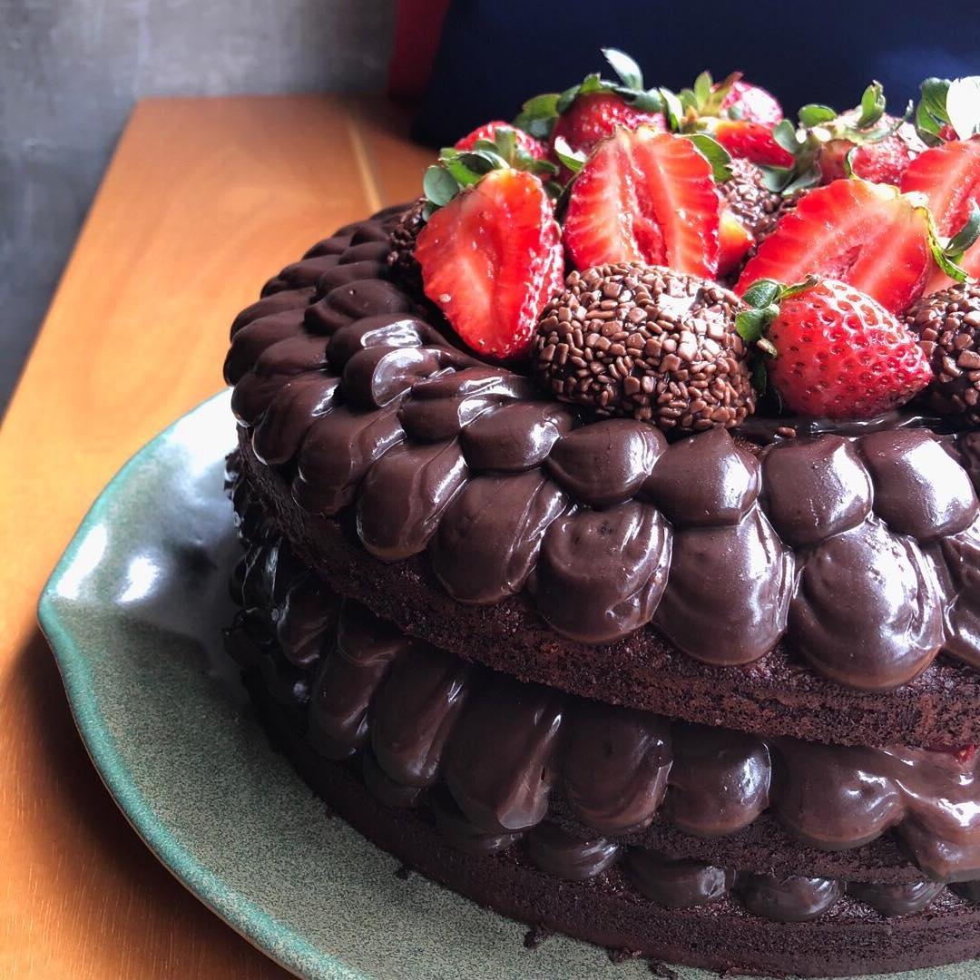 Naked de brigadeiro com morangos - Três camadas de bolo de chocolate com recheio de MUITO brigadeiro e morangos.