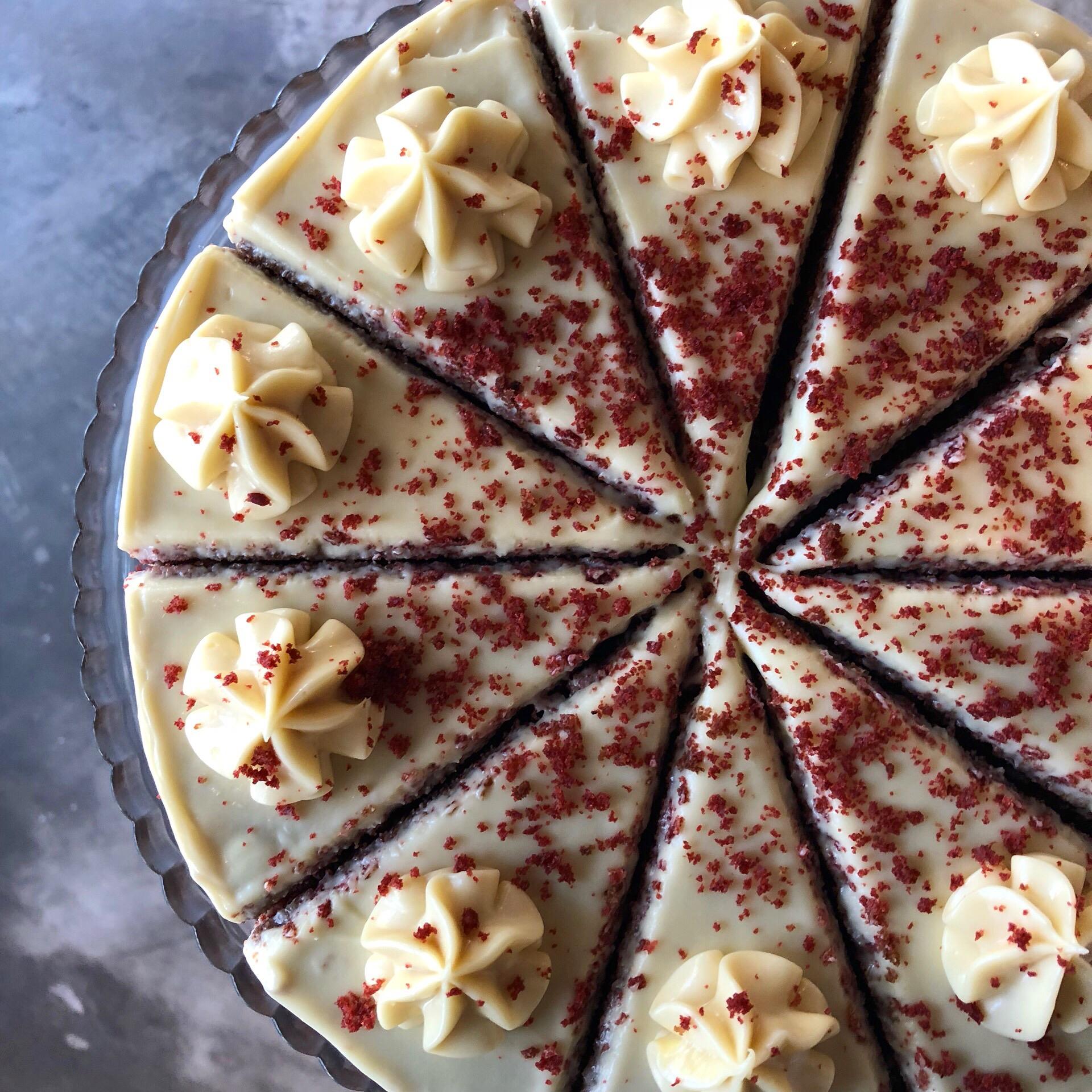red velvet cake - Três camadas de bolo red velvet intercalados com creme de cream cheese.