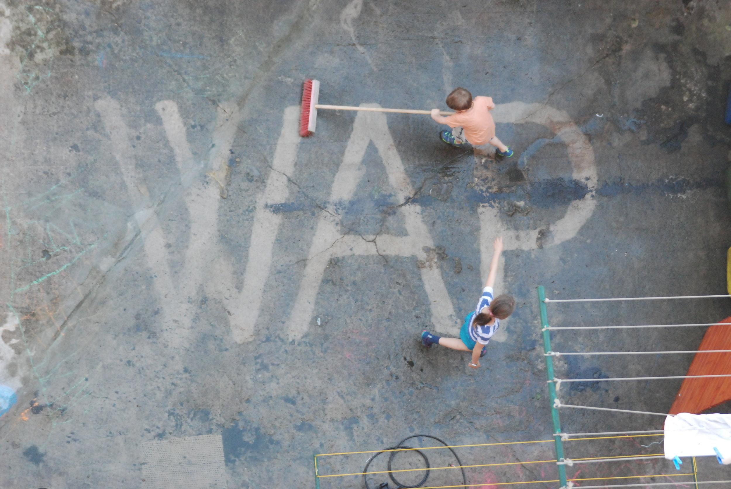 WAP - hloubkové čištění dvora - Dvory a vnitrobloky jsou tvořeny spletitou skladbou různých povrchů. Hloubkové čištění tlakovou vodou (WAP) je účinná metoda odstranění dlouhodobých nánosů. Mějte doma čisto!