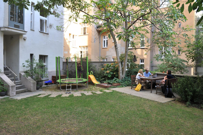 Lidové noviny - Dle dostupných údajů žije v domech s dvory nebo vnitrobloky zhruba třetina obyvatel Prahy, bohužel více než tři čtvrtiny těchto prostor jsou zanedbané.