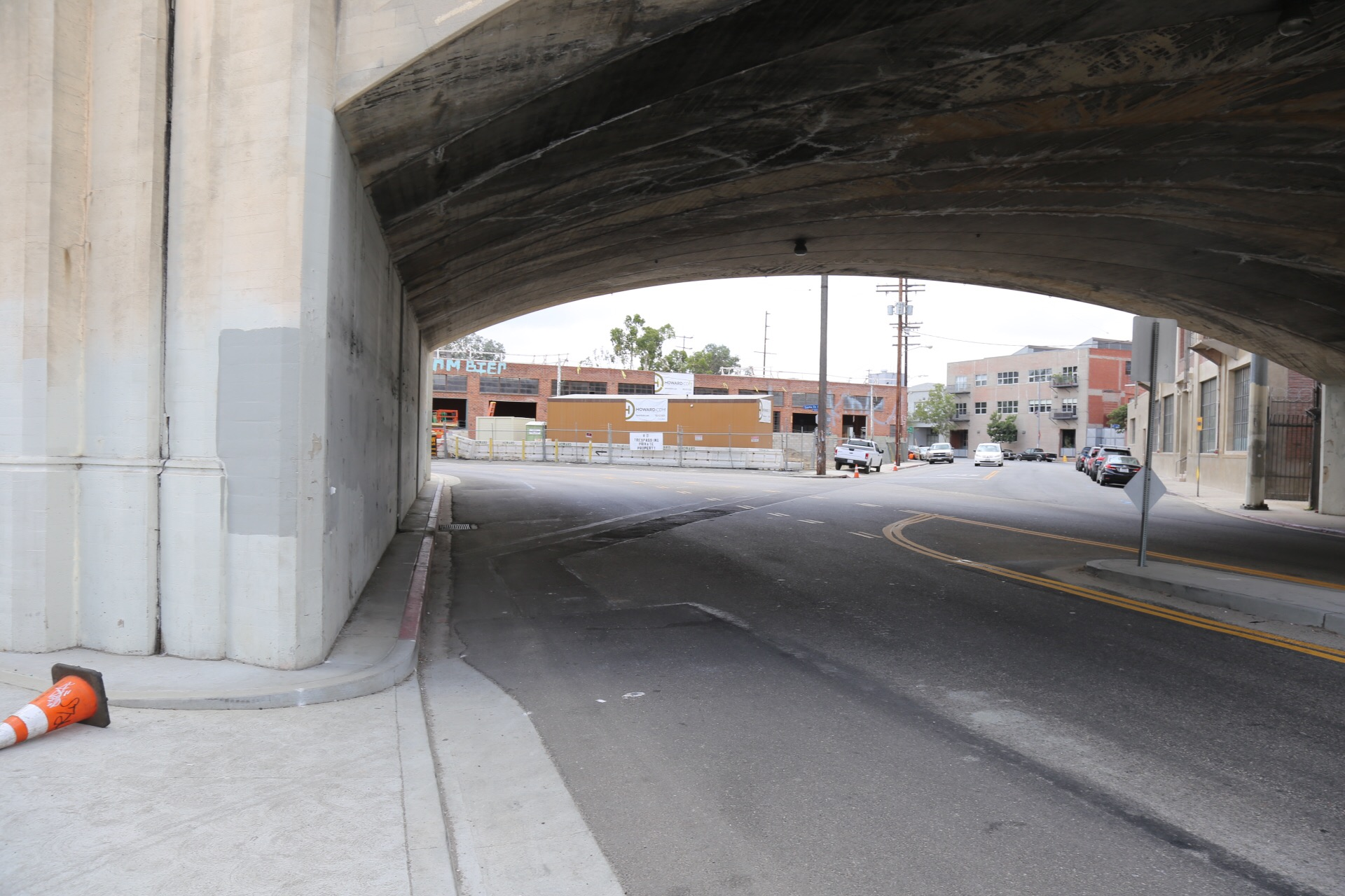 One or the many missing links for pedestrians in the Arts District. The sidewalk disappears going south on Santa Fe with no crossing to Mateo in sight.