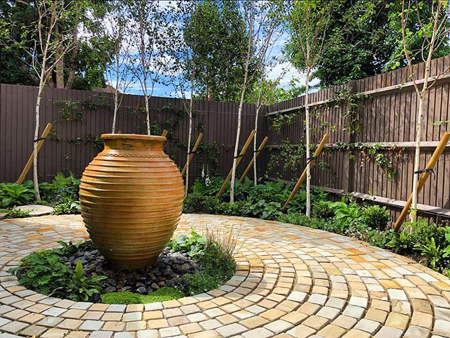 This is the water feature which sits at the back of the garden. The silver birch are settling in and cast wonderful dappled shadows. I love the cobbles from @silverlandstone all beautifully laid by @reformalawn . . . #gardensofinstagram #gardendesign #waterfeature #urn #silverbirch #woodland #cobbles #lovemyjob #cathowardgardendesign #cathowardlandscapedesign #surrey #hamptoncourt #cobbles