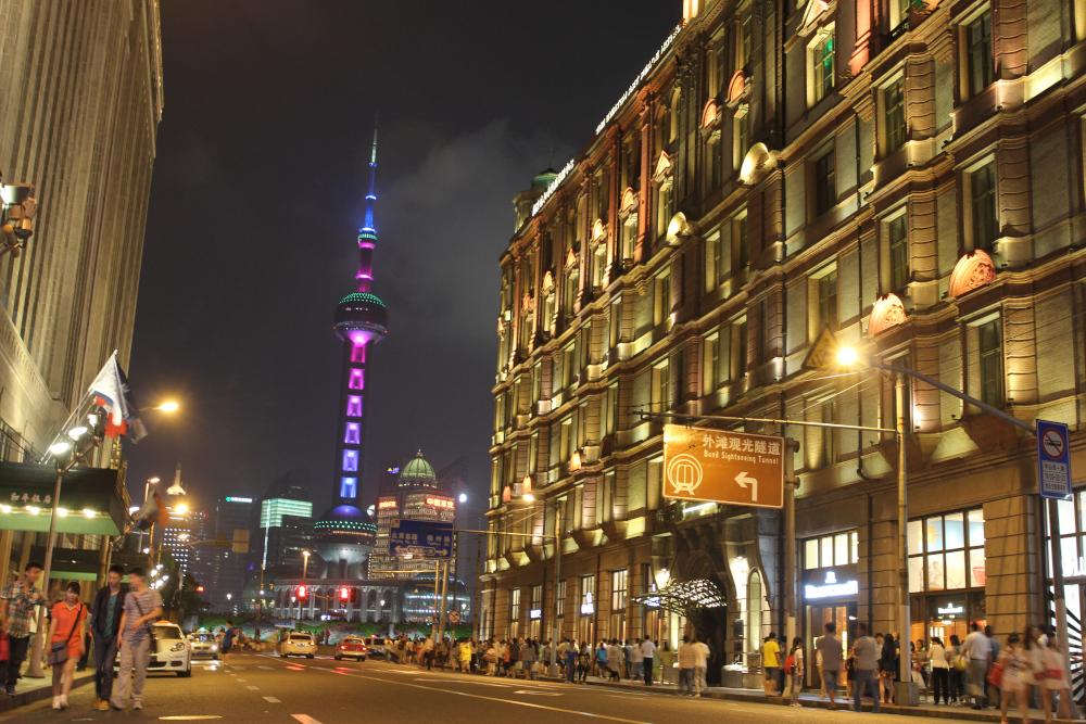 外灘(ワイタン)から西に延びる南京東路。写真奥は東向き。ピンクと紫に光っているのが川の向こうにあるテレビ塔。この道を西向き(写真手前方向)に歩いてるとき、男に声をかけられた。