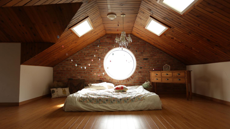 bedroom-chandelier-pexels-photo-271743.jpg