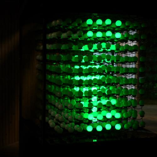 《漫漫走 Keep Walking》- Installation Art - 藝術家 / 謝宛庭、薛如婷、卓綺柔小綠人路燈遍佈台灣大街小巷,交通大使的形象深植人心,把原本路燈上單調的平面小綠人動畫立體化,呈現活跳跳的3D小綠人,讓隨處可見的公共設施,進而成為有生命似的公共 藝術,將小綠人的符號性帶入作品之中,期望透過全民共有的生活經驗,帶給大家親切又新鮮的感受。more info :https://www.wan-ting-hsieh.com/keep-walking