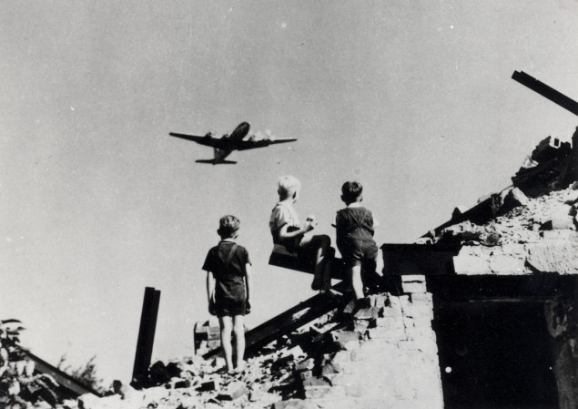 kids-and-plane-635x449.jpg