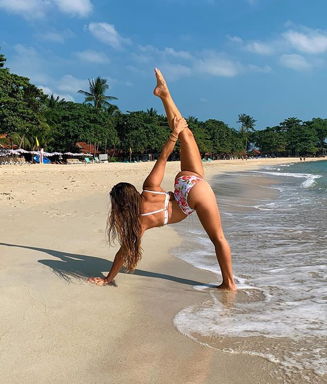Missing the beautiful white sandy beaches in #thailand. If you have always wanted to visit, come and join me for the @flexilexi_fitness Zenergy fitness and yoga retreat from the 13th - 18th of July! DM me for more information, and a special discount 😉❤️ #beachbending #bikiniyoga #getmatanon #lifesabeach  __________________________ Wearing @radpolewear ✨