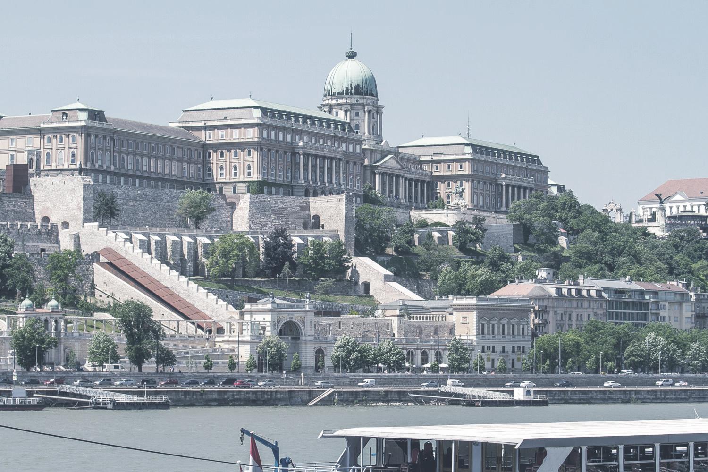 Budai Várnegyed  A palota az egyik legikonikusabb építészeti eleme Budapest városképének. Az építészeti remekmű a középkorban királyok otthonául szolgált.    Információ  ||  Térkép