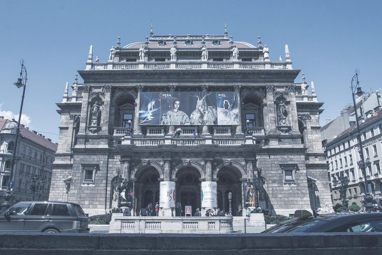 Magyar Állami Operaház  Az 1884-ben megnyíló Operaház a neo-reneszánsz építészet ékes példája. A nézőtér Európa harmadik legjobb akusztikájával rendelkezik.    Információ  ||  Térkép