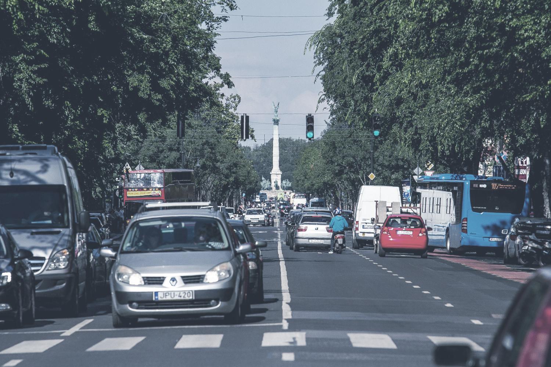 Andrássy út  A magyar Champs-Élysées-ként is emlegetett utat a millenniumi ünnepségekre építették 1896-ban, összekötve a Városligetet a Deák térrel.    Információ  ||  Térkép