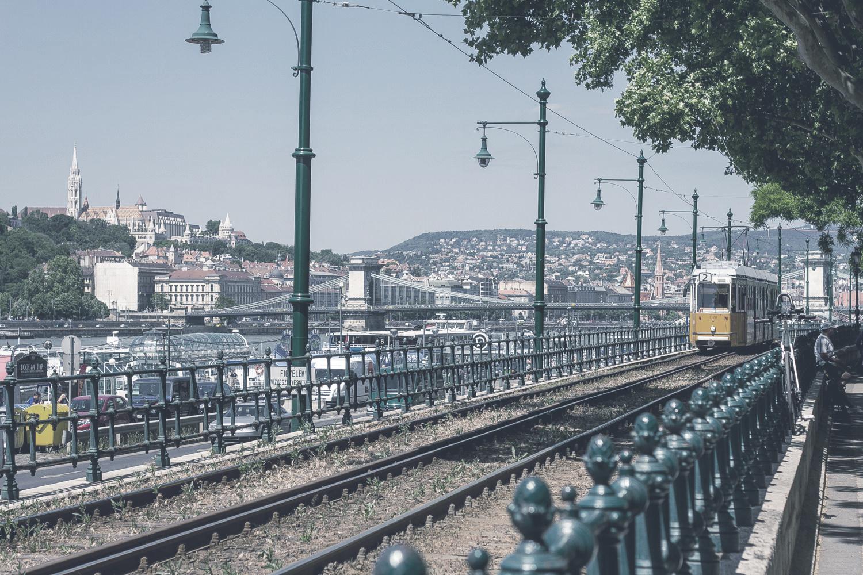 2-es villamos  A végig a Duna-parton futó 2-es villamos vonala az egyik legszebb és legolcsóbb módja a budapesti városnézésnek.    Információ  ||  Térkép