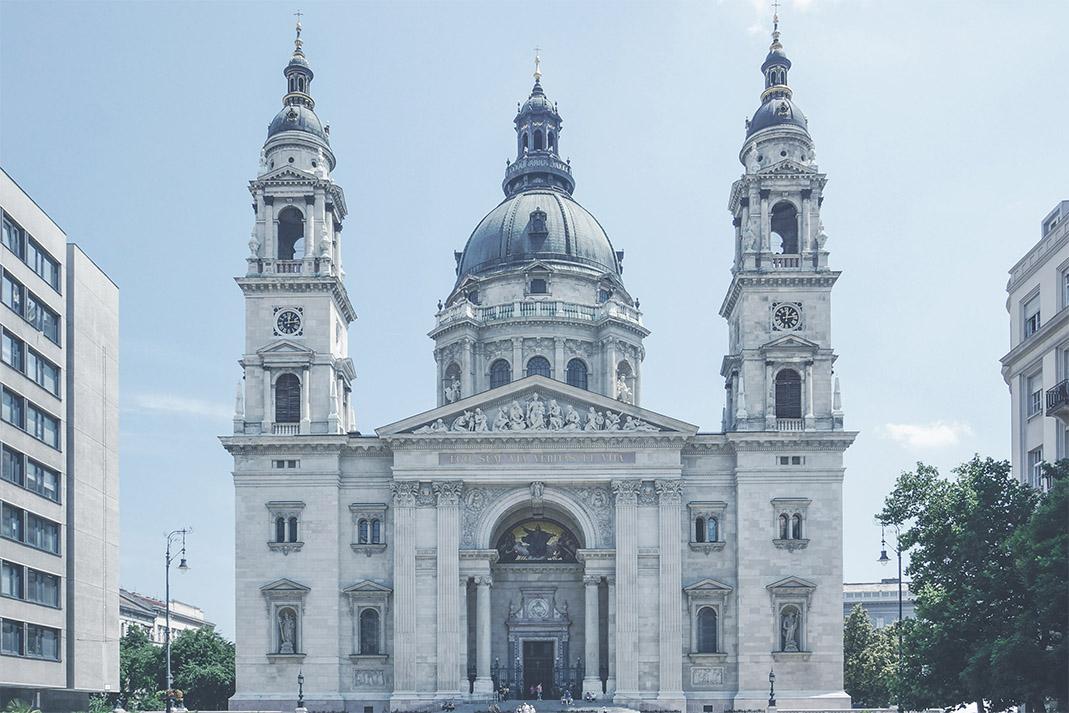 Szent István-bazilika  Budapest legnagyobb temploma népszerű koncerthelyszín. Gazdagon díszített oltáraival és színes ablakaival tornyosul a látogatói fölé.    Információ  ||  Térkép