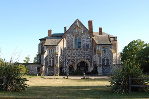 Airbnb - English Country Abbey