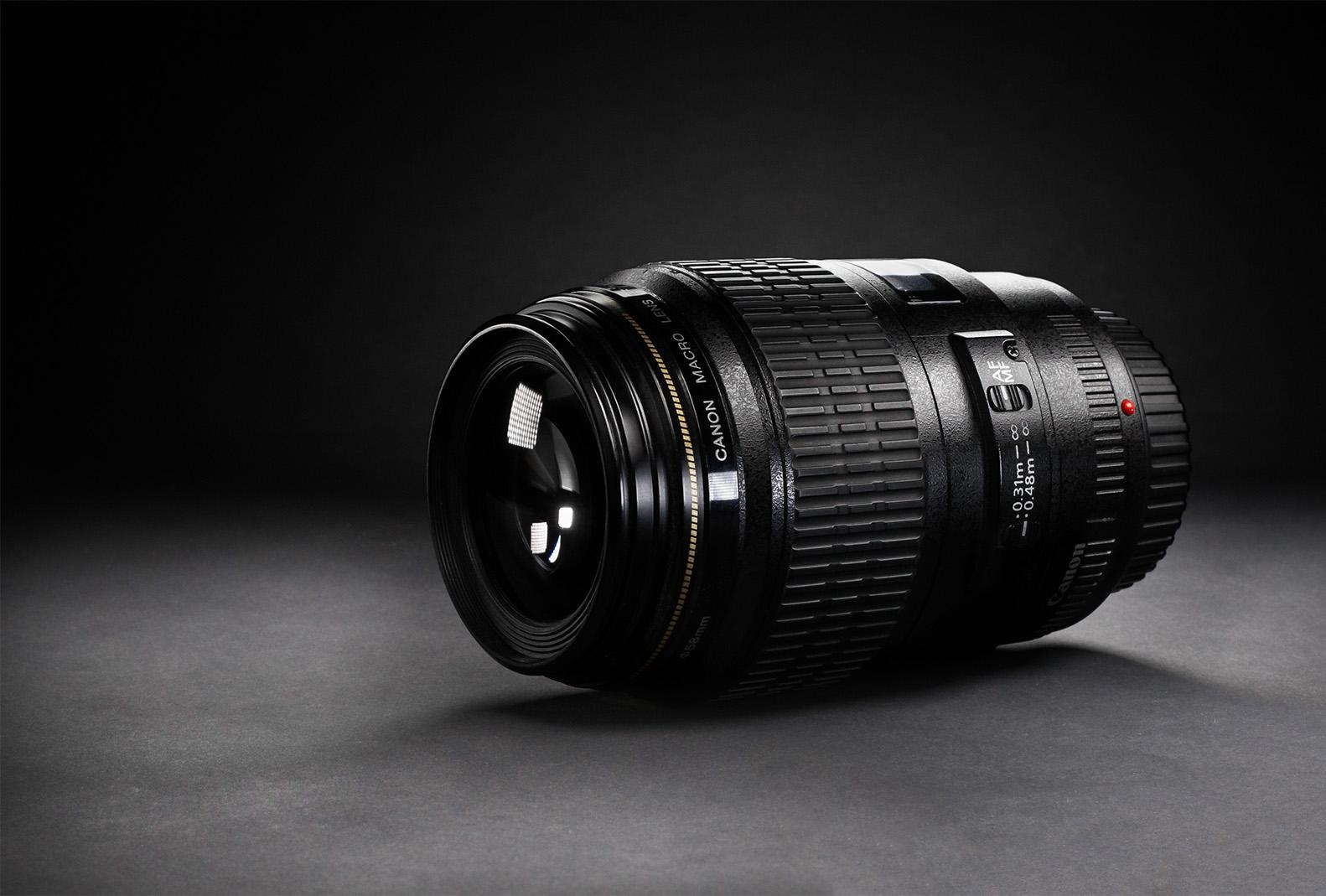 Canon EF 100mm F/2.8 Macro USM - A makró jelzés ne tévesszen meg senkit. Kiváló darab portrézásra is. Ugyan kevésbé fényerős, mint a fentebb említett 85mm-es objektív,cserébe még élesebb. Torzítása már-már észrevehetetlen. Fókusza lassabb kicsivel. Aki esetleg makrózni szeret, de portrézna is annak nagyon jó alternatíva pénztárcát tekintve.Hazai bolti ára:~ 157.000 HufHasznált/import: ~ 90.000 Huf