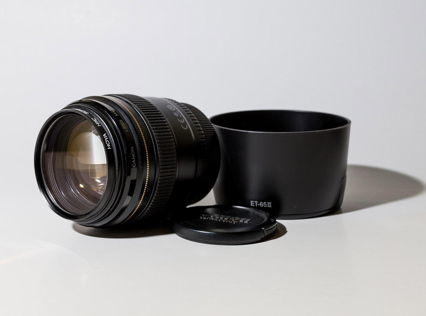 Canon EF 85mm F/1.8 USM - Az igazi portrézásra való objektívek első lépcsője. Minimális torzítás, halk, gyors, pontos. Szépen mossa a hátteret. Alkalmas közeli, szűk portrézásra és teljes alakos képek készítésére is. Ezzel az objektívvel nem lehet mellé nyúlni.Hazai bolti ára: ~ 119.000 HufHasznált/import: ~ 80.000 Huf