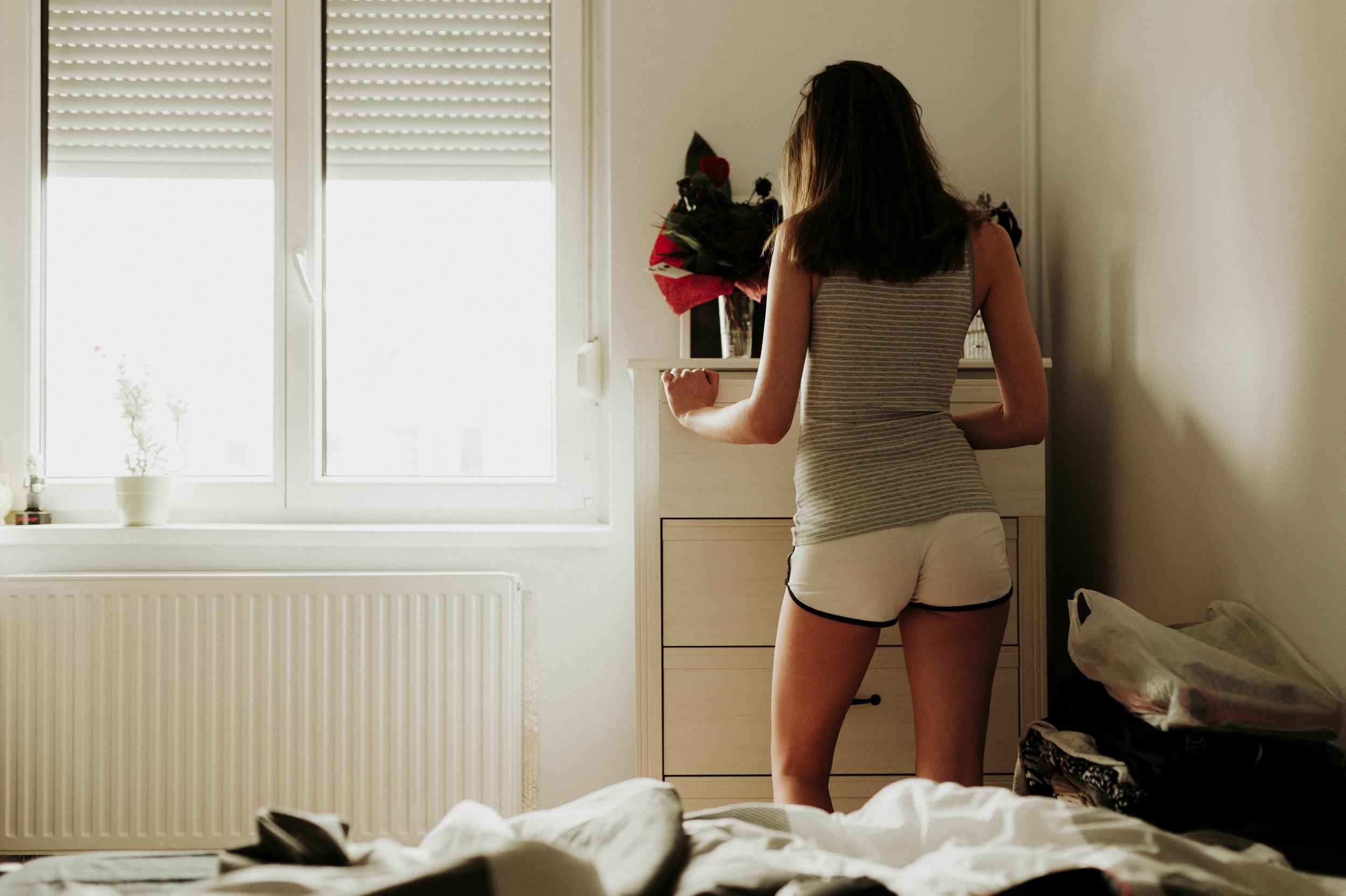 Molly otthoni lifestyle portré fotó. A ruhaválogatás.