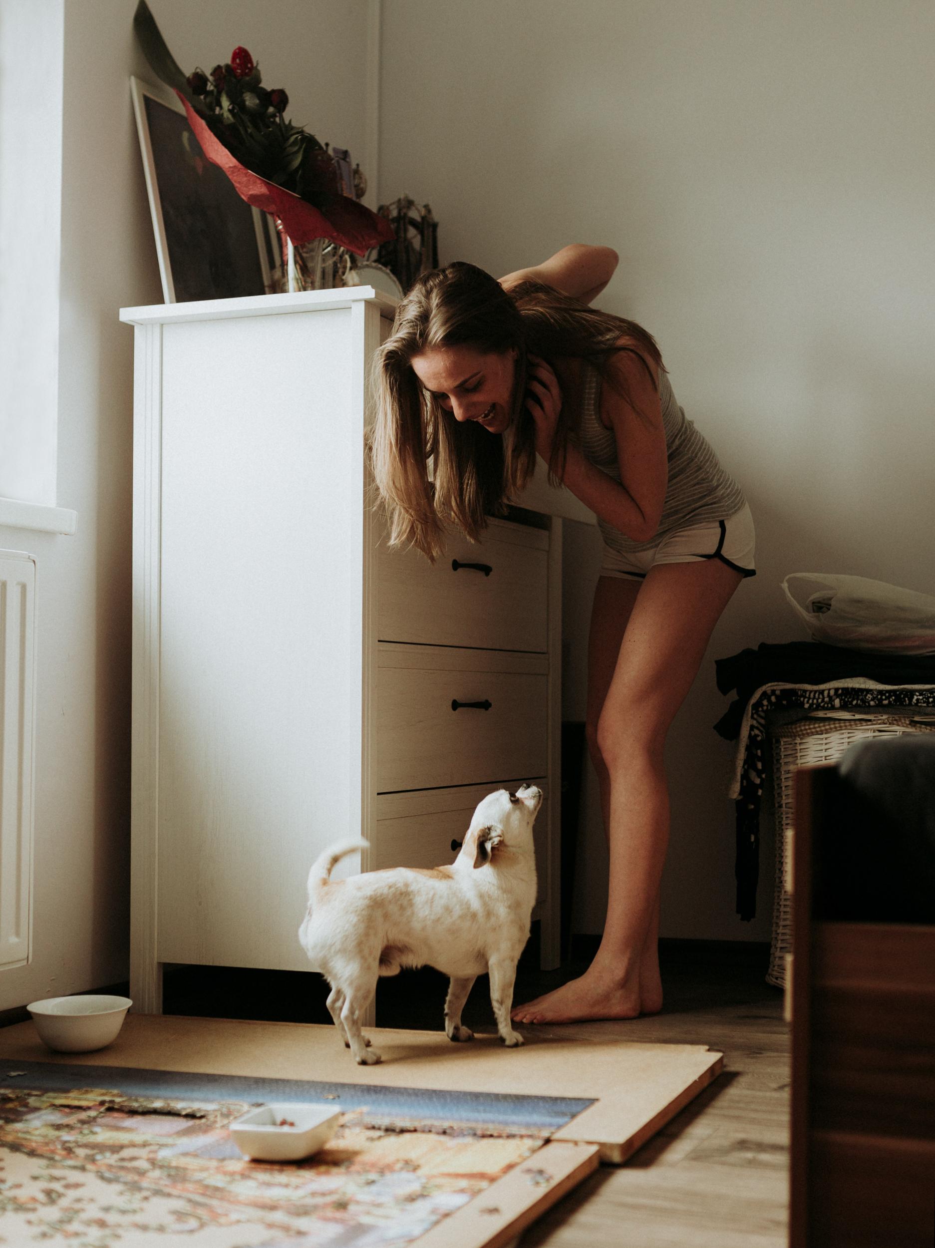 Molly otthoni lifestyle portré fotó. Társas reggel.