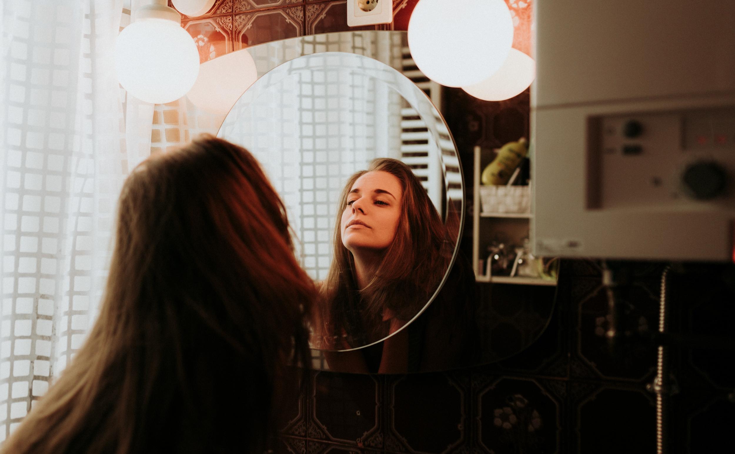 Molly otthoni lifestyle portré fotó. A fürdőszoba.