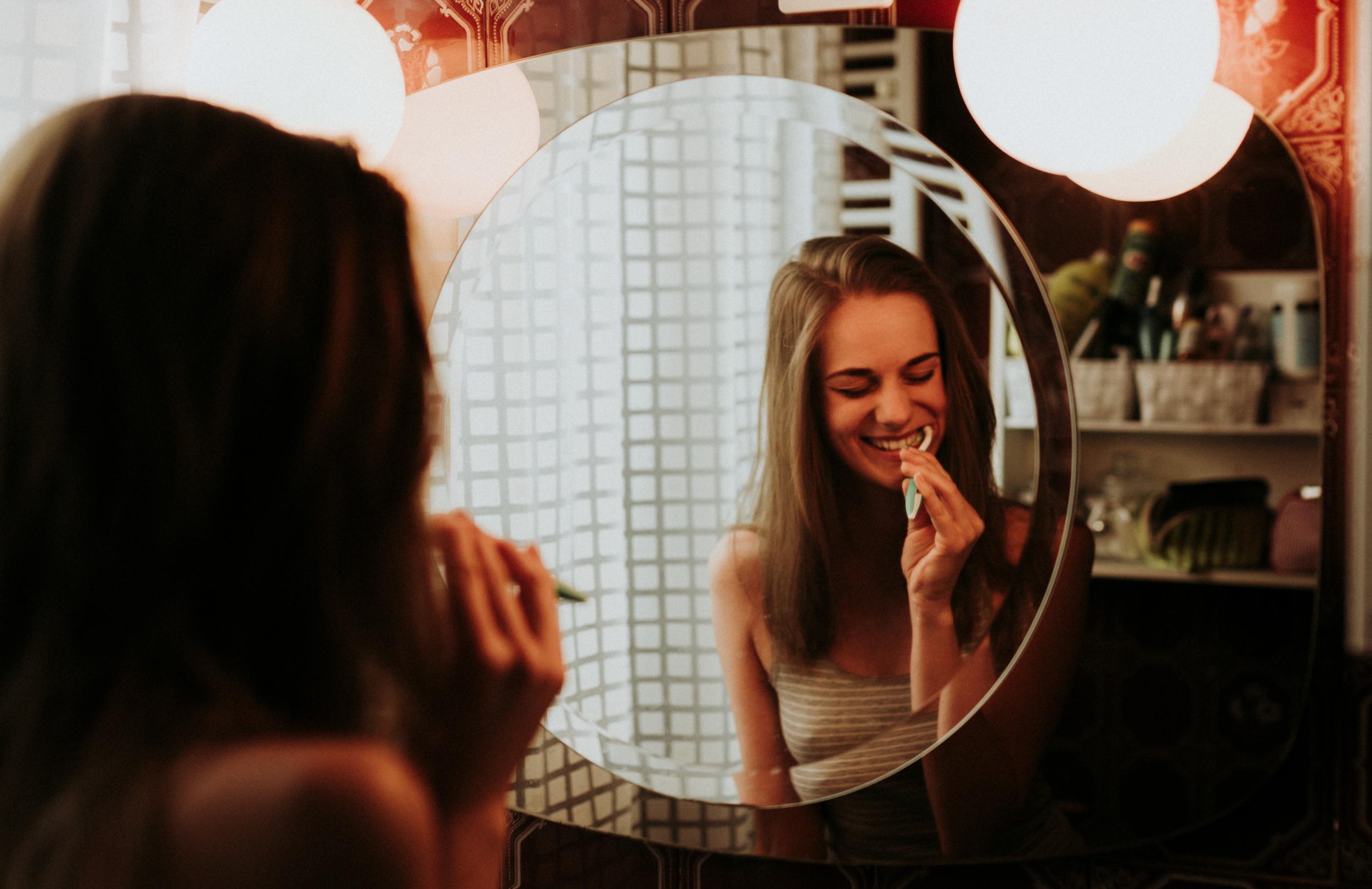 Molly otthoni lifestyle portré fotó. Mosolygós fogmosás.