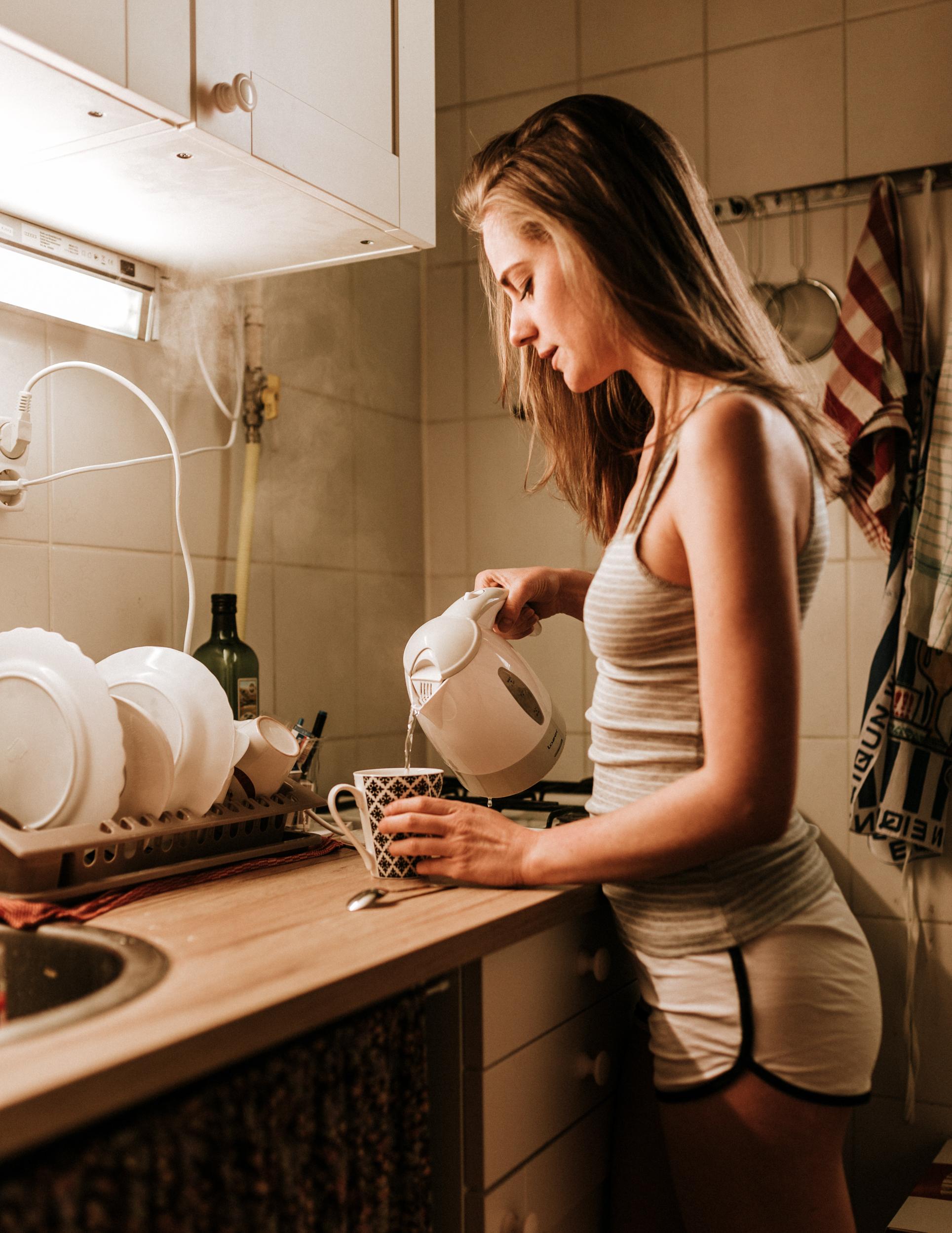 Molly otthoni lifestyle portré fotó. A teafőzés.