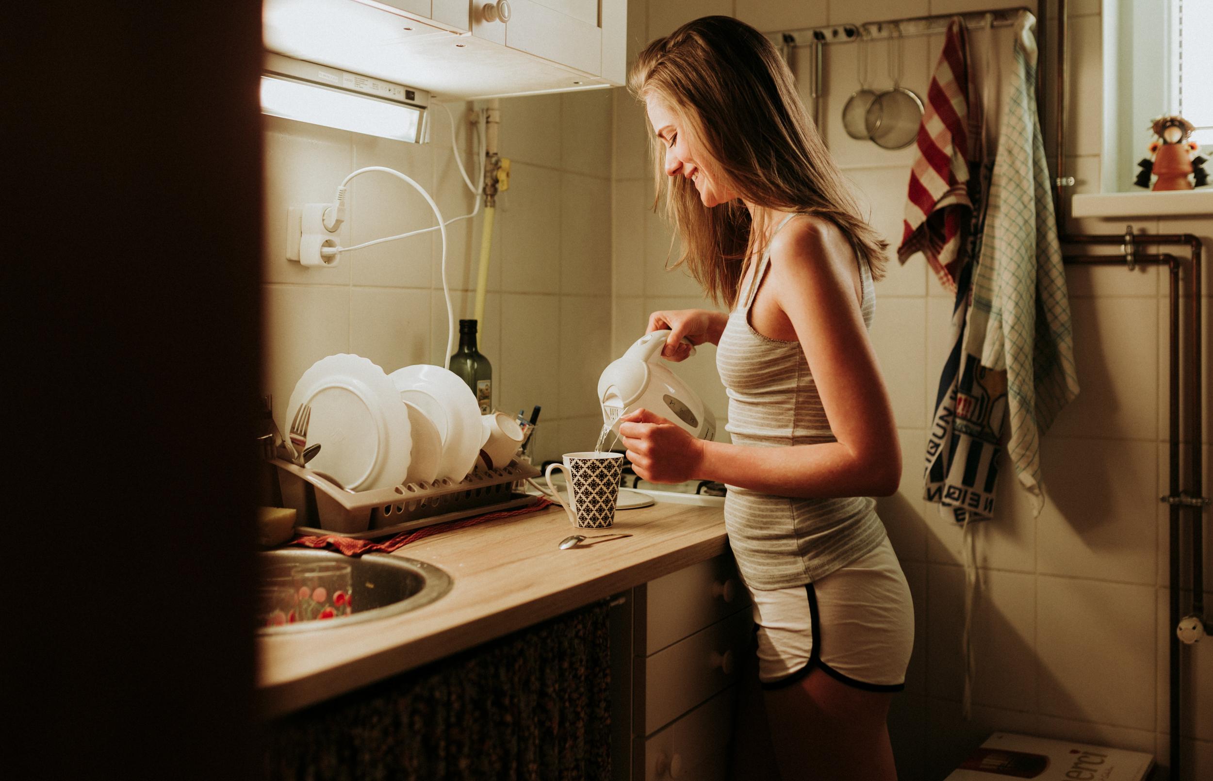 Molly otthoni lifestyle portré fotó. A vízforraló.