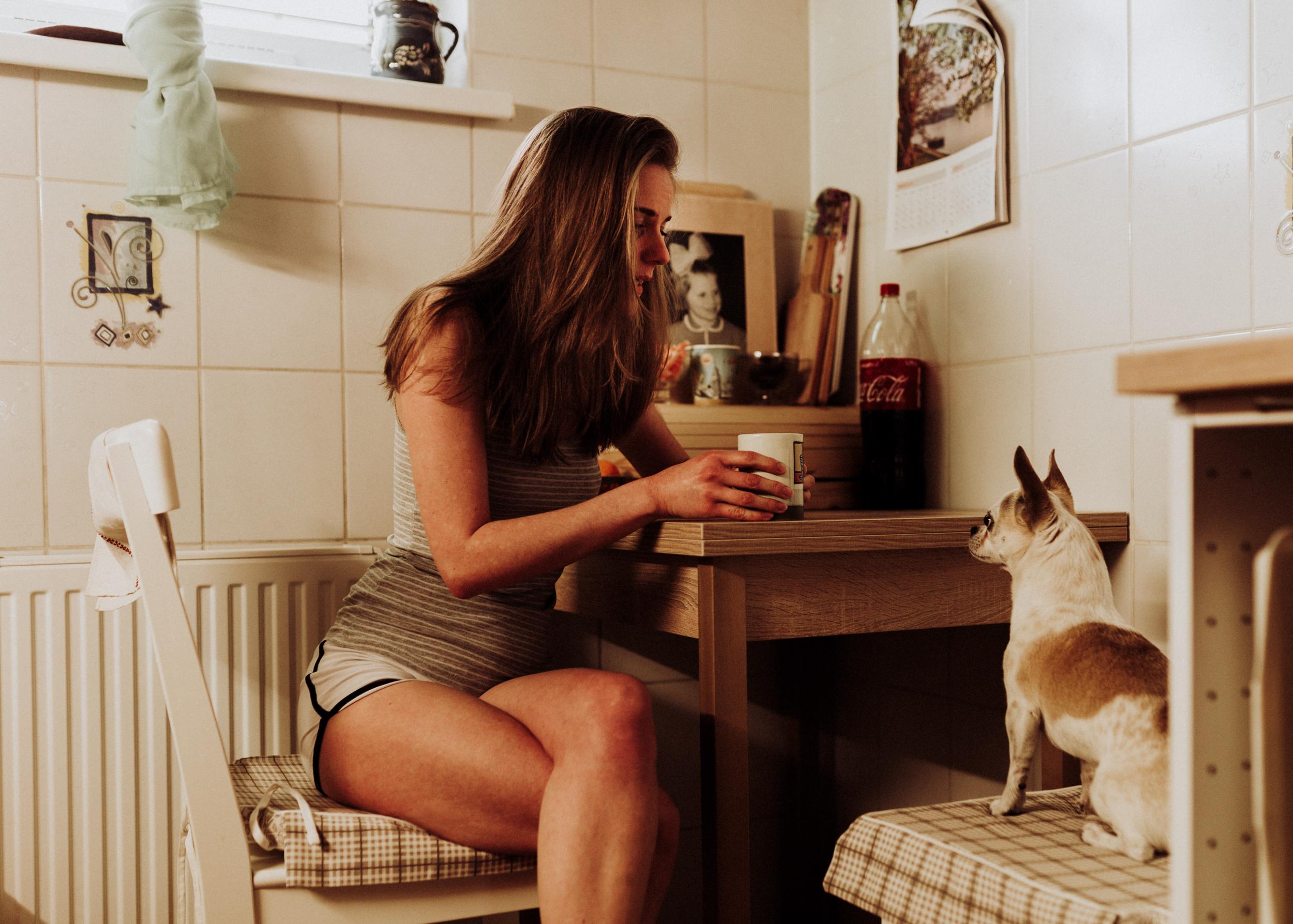 Molly otthoni lifestyle portré fotó. A tea az anyué!