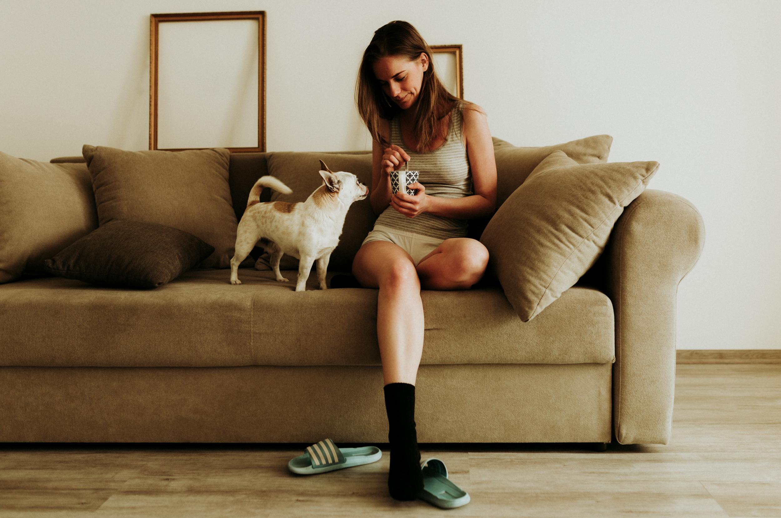 Molly otthoni lifestyle portré fotó. A kavargatás.