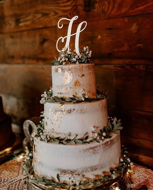 Have your cake and eat it too. ⠀⠀⠀⠀⠀⠀⠀⠀⠀ .⠀⠀⠀⠀⠀⠀⠀⠀⠀ .⠀⠀⠀⠀⠀⠀⠀⠀⠀ .⠀⠀⠀⠀⠀⠀⠀⠀⠀ #weddingcake #texaswedding #folkwedding #luxuryweddingcakes #sugarflowers #gumpasteflowers #weddingcakesaustin #weddinginspiration #cakedesigns #sugarartist #whiteweddingcake #sugarcraft #luxecakes #austinphotographer #texasweddingphotographer