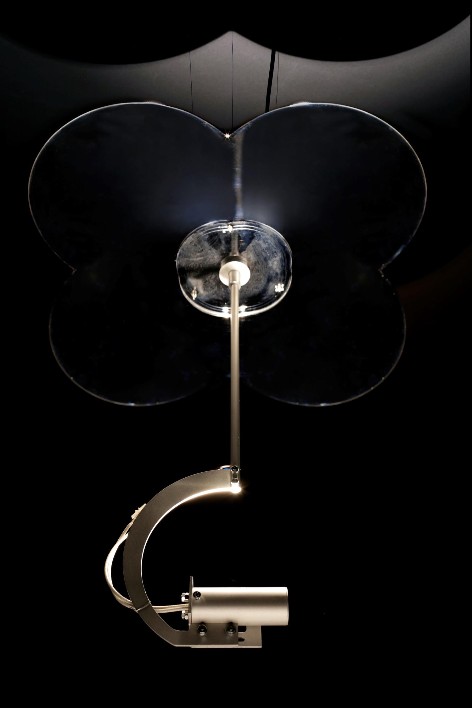 A kör négyszögesítése / Squaring the Circle, 2012. light sculpture, 3-dimensional chrome plated aluminium mirror, halogen lamp, transformer, fibreglass circle, 160 x 40 x 40 cm, Ed. of 3.