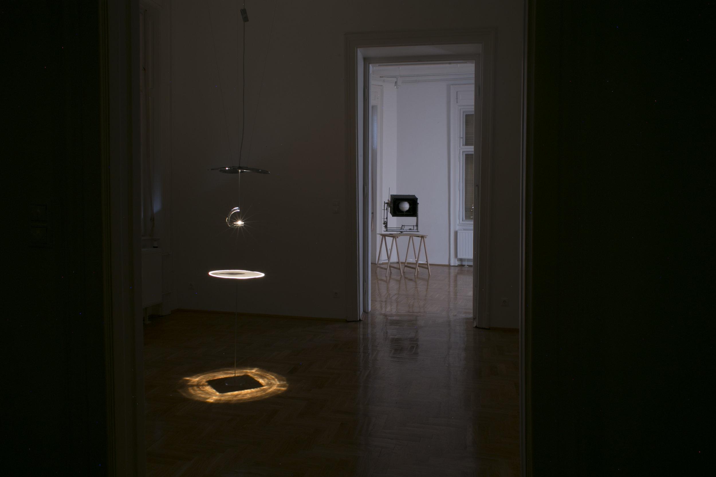 A kör négyszögesítése / Squaring the Circle, 2013. fény-szobor / light sculpture