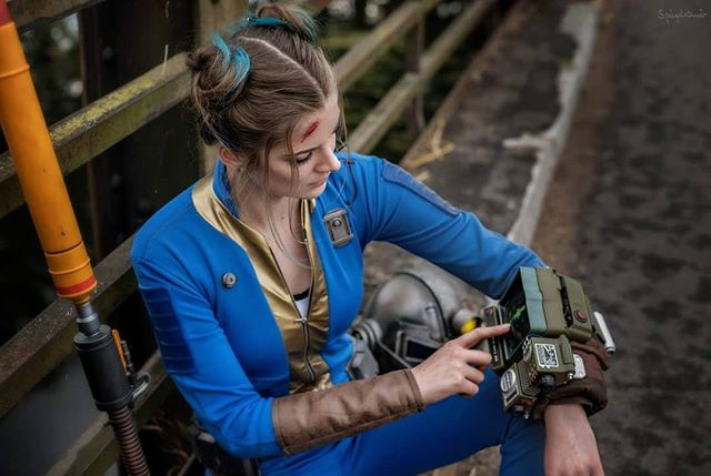 Next Photo from my Shoot with @carinaspiegelstaub at @pixelmaniaevent in #lubomierz I'm so in love with the Photo! Also I'm super happy that I used my real hair XD  #lubomierz #pm2k19 #fallout #vaultsuit #pipboy #blue #sewing #crafting #falloutCosplay #weathering #makeup #photoshoot #cosplay #cosplaygirl #survival #endzeit #wasteland #cosplayer #sewing #selfmande