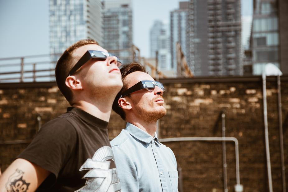 001 men-look-at-sun_925x.jpg