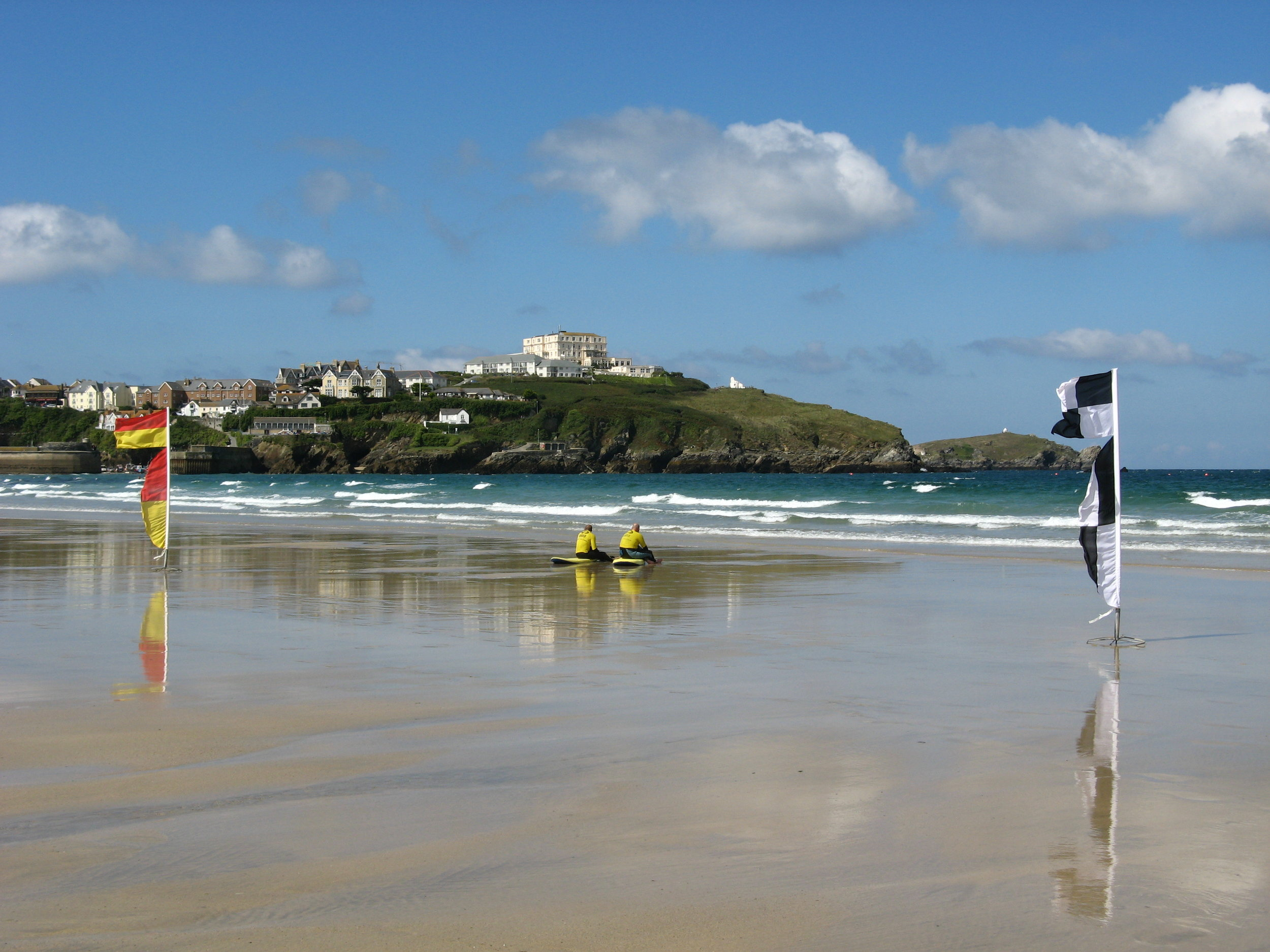 115 JQ28 Atlantic_Hotel,_Newquay,_and_headland_from_Tolcarne_Beach.jpg