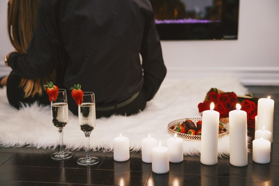 005 couple-on-romantic-date_925x.jpg