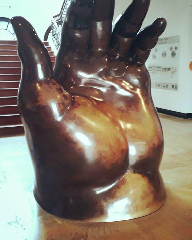 Uno de los artistas más importantes de Colombia, Fernando Botero, está presente en Bogotá.  No sólo vale la pena visitar sus obras en esta maravillosa colección sino 85 piezas más de artistas internacionales donadas por él @museobotero  One of Colombia's greatest artist Fernando Botero is present in Bogota. Not only his artworks are worth visiting in this wonderful collection but also 85 more pieces of international artists donated by him @boteromuseum  #bogota #bogotacultural #museos #feelathome #feelgood #expatlife #expatriados #komorebi #iloveart #museobotero #lacandelaria #komorebibogota #solutions