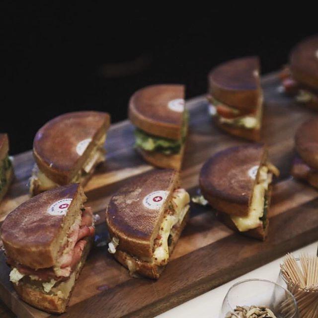 Mini Meules en veux-tu en voilà ! Fromage 🧀 , bacon 🥓 , avocat 🥑, salade 🥗... il y en a pour tous les goûts et tous les palets à @tacave.ch Genève. Elle t'attendent pour le lunch à Genève 📍😋 #gourmet